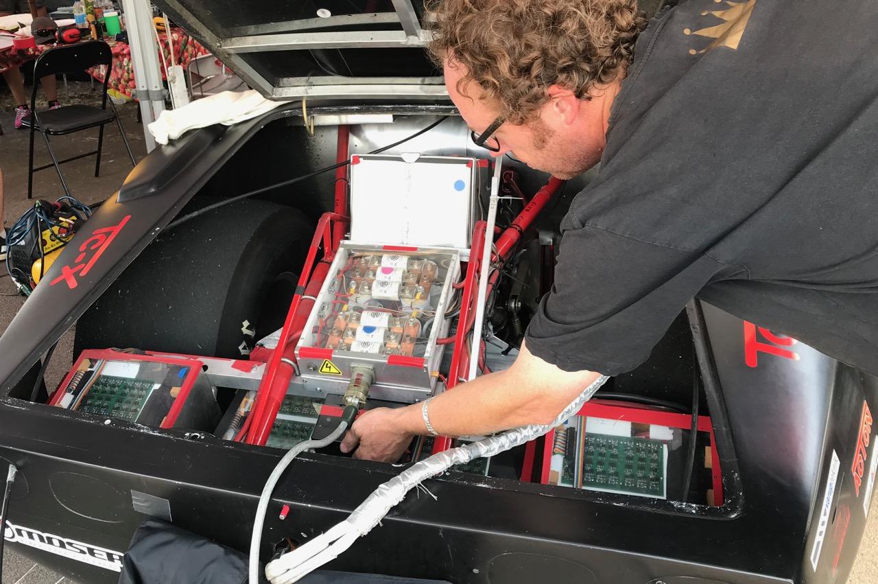 Glenn viser de 4x200 V batterimoduler frem