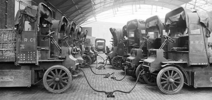 Lastbiler lades op på St Pancras gods depot, London, 11. juli 1917