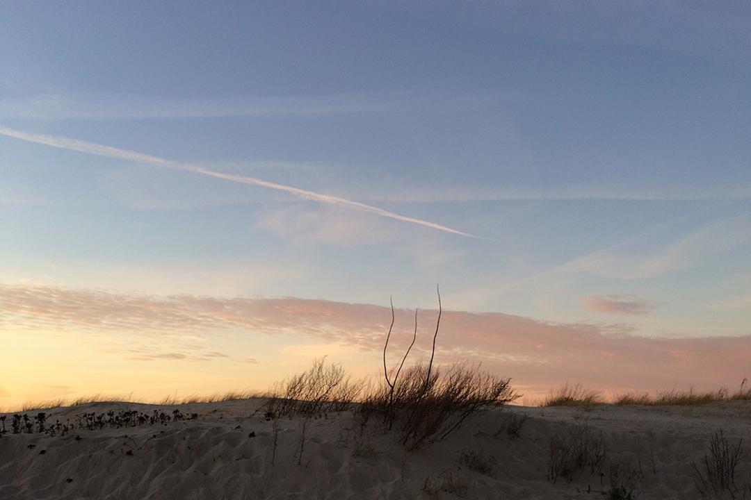 Am Meer /// Aufnahme von Strand und Meer /// abends