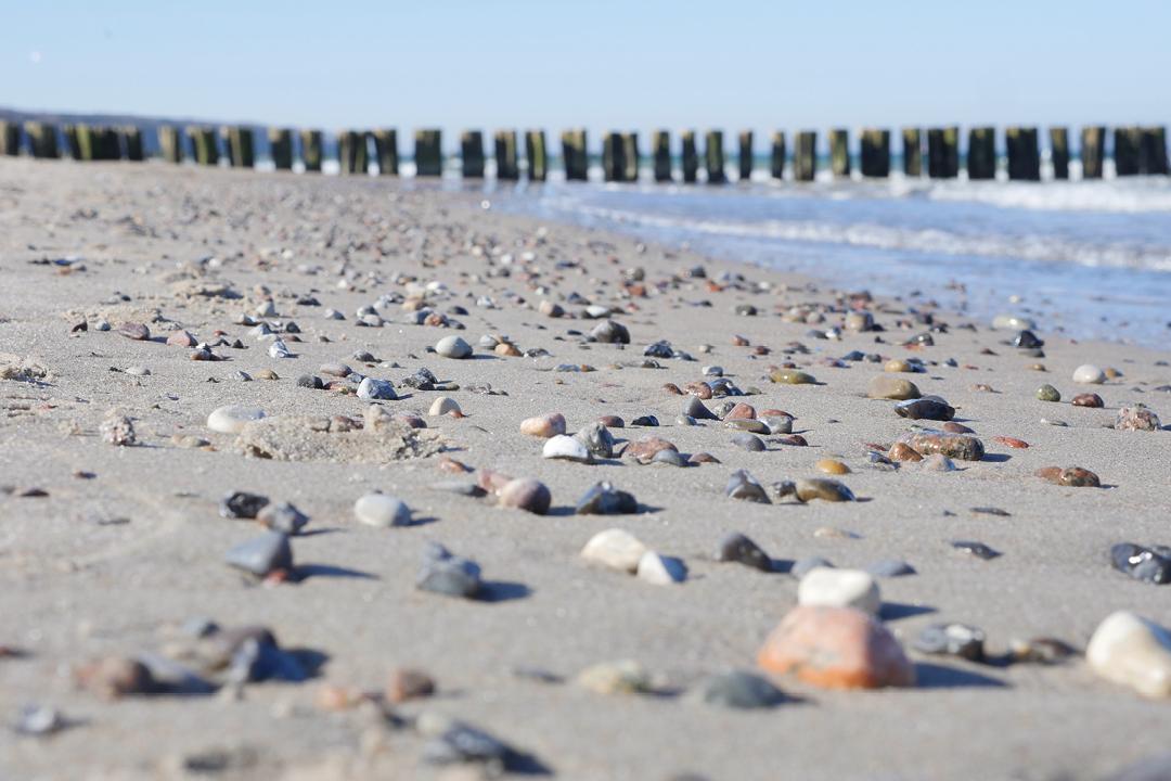 Am Meer /// Aufnahme von Strand und Meer /// leicht sonnig