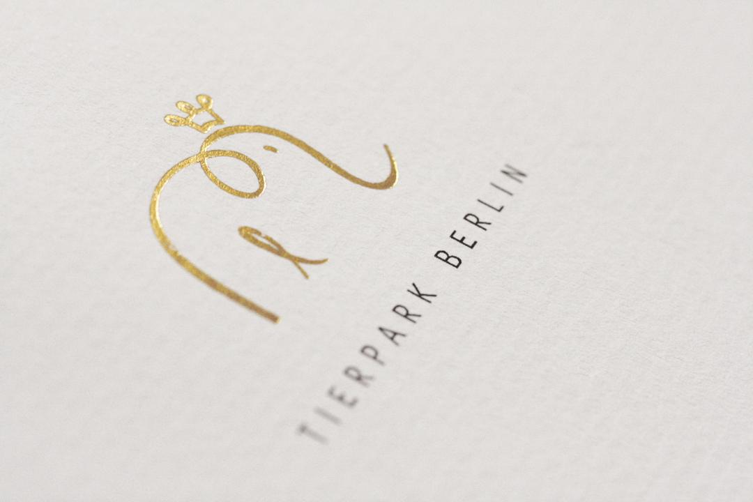 Corporate Design mit Logo, Geschäftsausstattung und Plakaten für einen Zoo // Logo mit Prägung