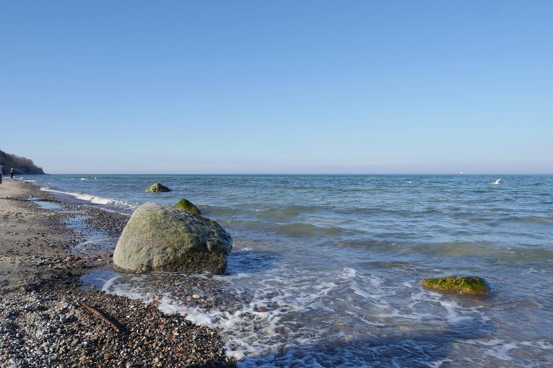 Am Meer /// Aufnahme von Strand und Meer /// sonnig