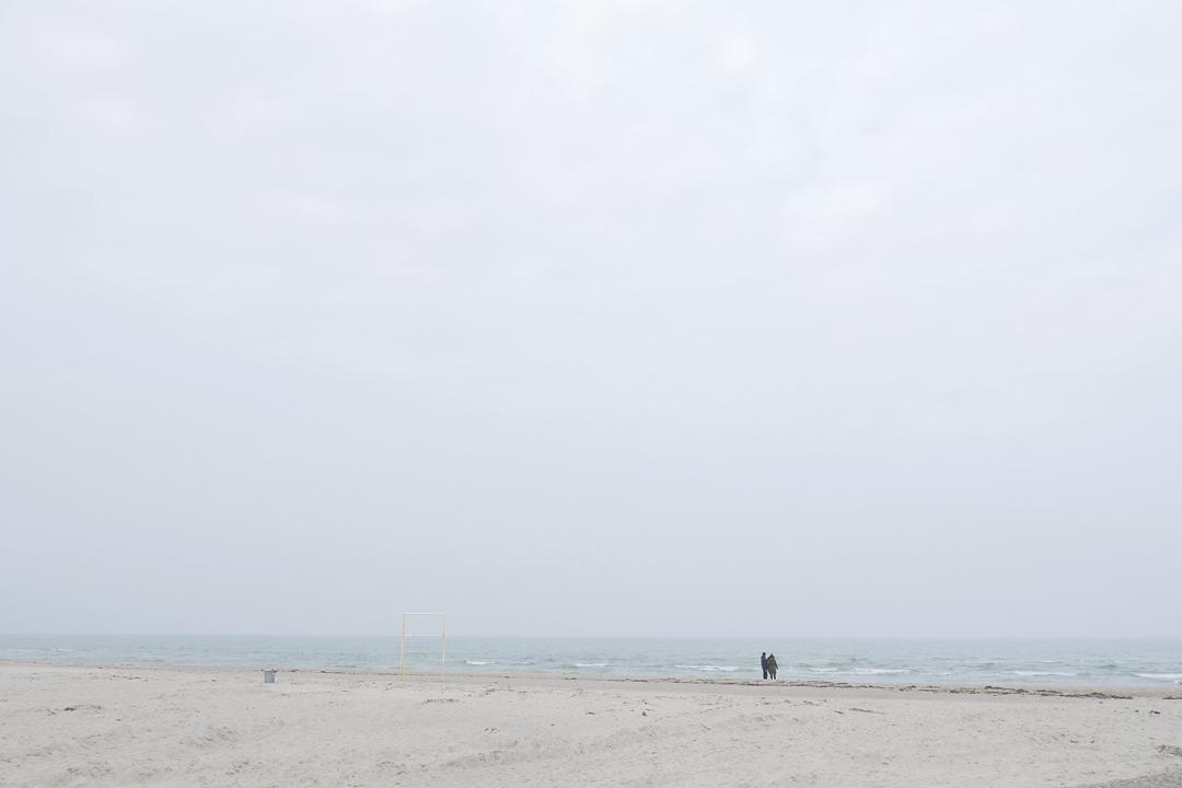 Am Meer /// Aufnahme von Strand und Meer /// bewölkt