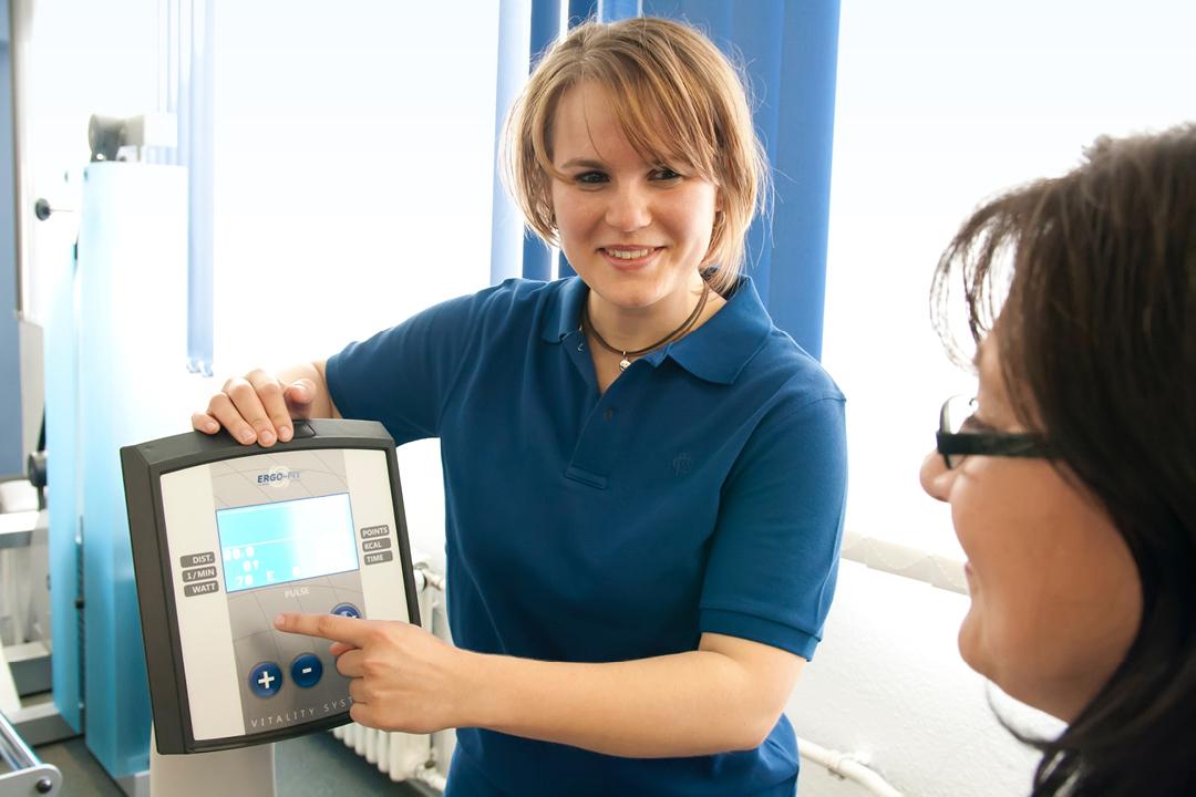 Fotos einer Praxis (Arzt / Physiotherapie) // Mitarbeiter im Gespräch