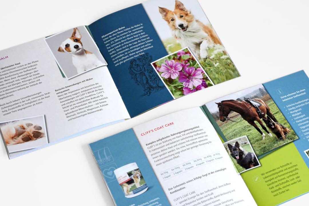 Broschüren für Hunde- und Katzen-Pflegeprodukte, geöffnete Ansichten