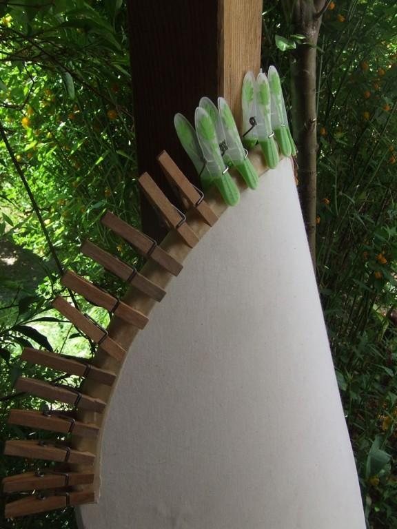 Die Rohautstreifen werden der Schildkante angepaßt und getrocknet