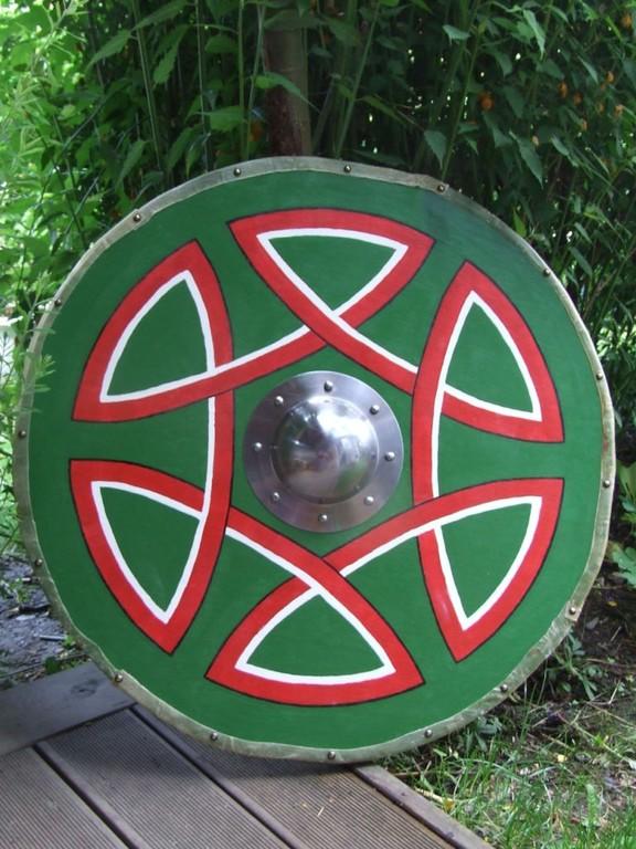 Durchmesser: 80cm  Stärke: 1,8 cm Schilbuckel: 2mm Stahl Gewicht: ca. 5kg  Rohautverstärkt mit Schildfessel aus Leder.  Preis: € 350.-