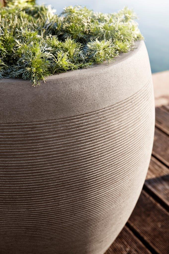 Terrasse am Pool mit einem Pflanzgefäß