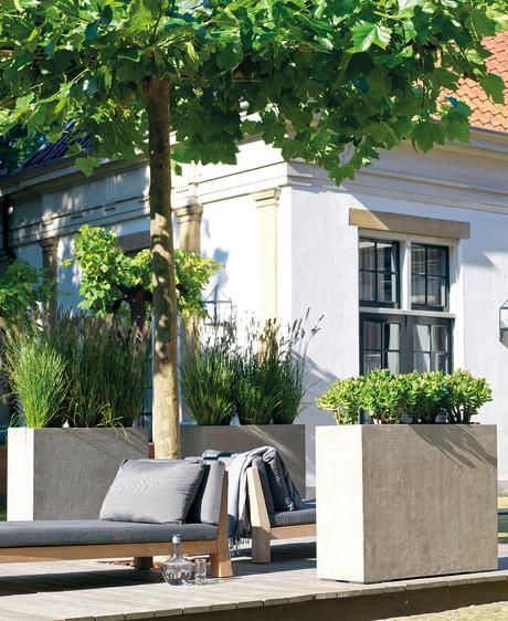 moderne Gestaltung mit Pflanzgefäßen im Garten