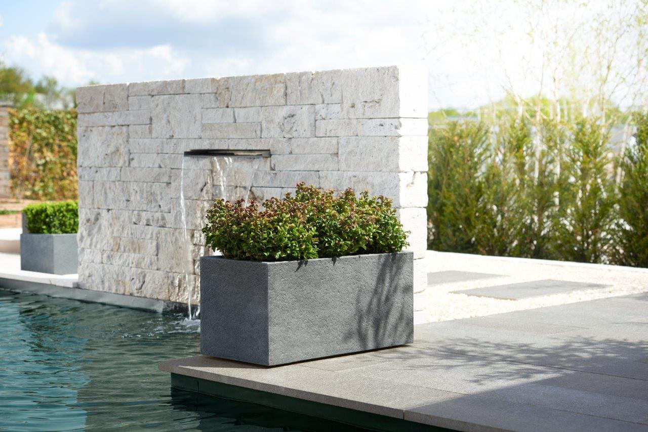 Pflanzgefäß oder Pflanzschale auf einer Terrasse im Garten