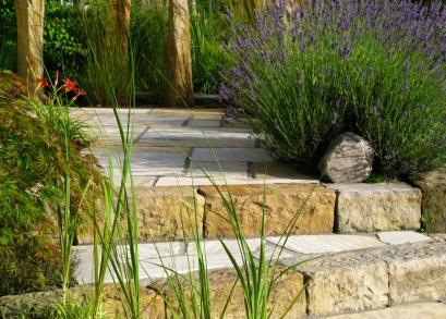 Stufenanlage mediterran Sandstein mit Pflanzung aus Lavendel