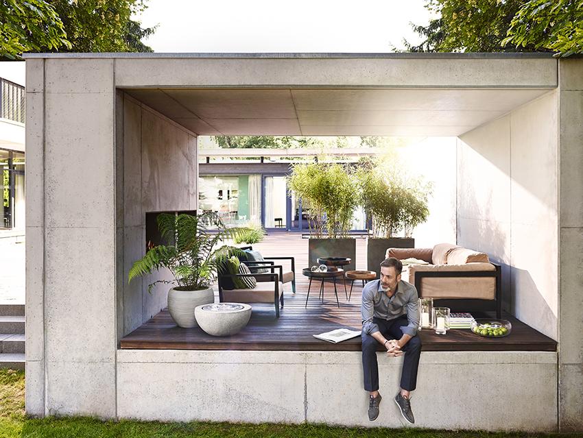 Pflanzgefäß auf moderner Terrasse