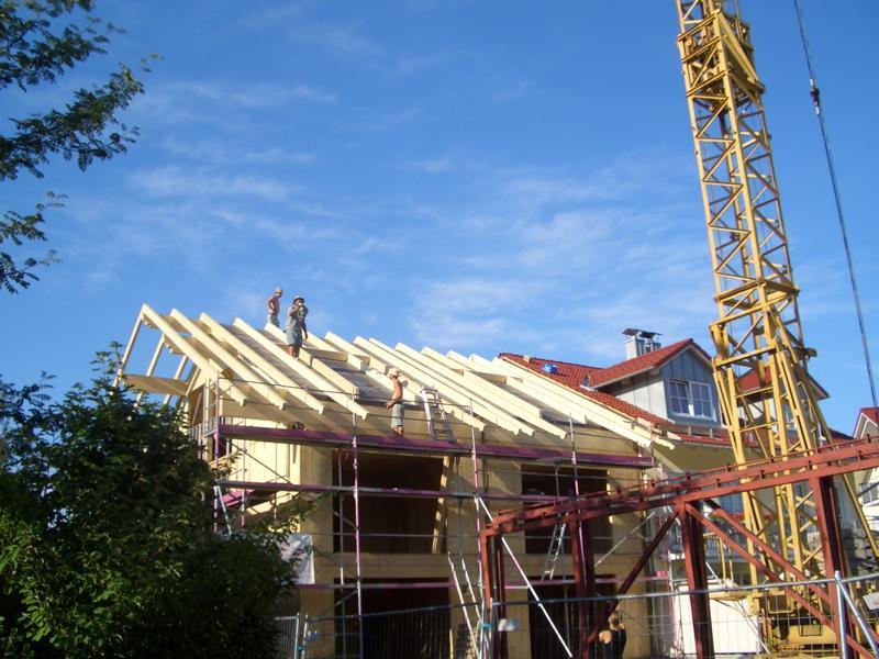Sichtholzdachstuhl auf Holzhaus
