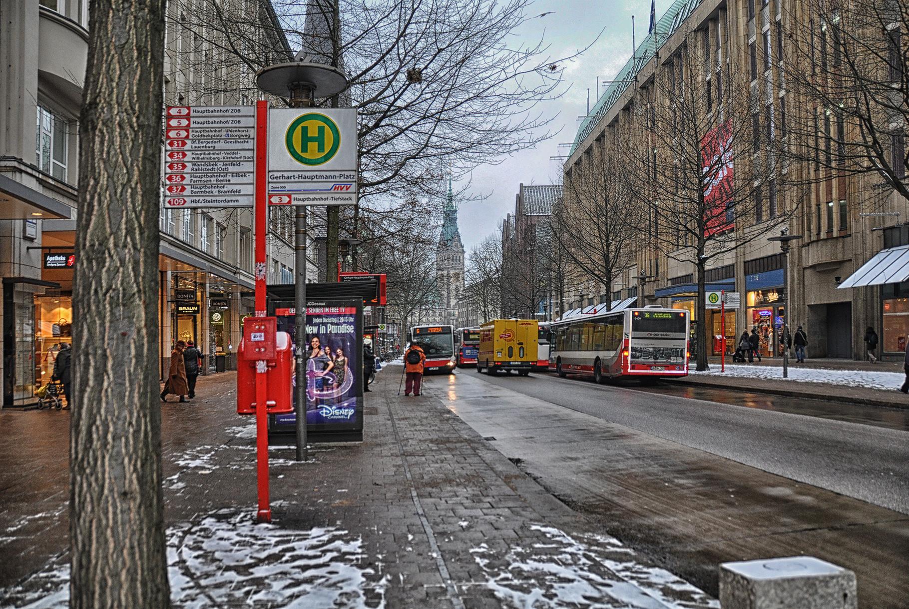 Mönckebergstraße, im HG das Rathaus