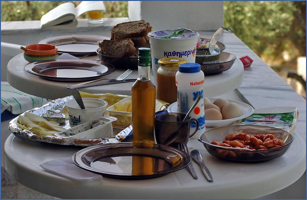 So muß ein griechisches Frühstück aussehen.Obwohl die Griechen eigentlich nicht frühstücken..:-)