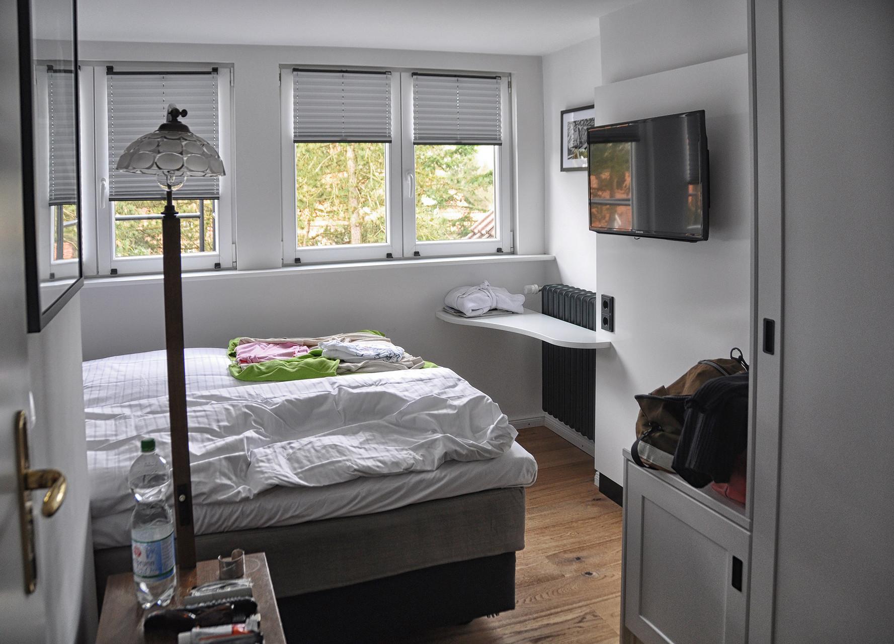 Nach dem ersten Schock, wegen der Minigröße, hab ich dieses lichtdurchflutete Zimmer geliebt :-)