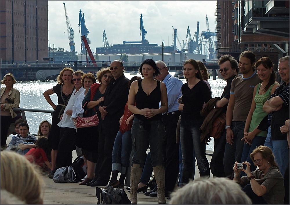 Tango - Zuschauer, in der HafenCity, auf den Magellan - Terassen, vor der Hafenkulisse..., ein TRAUM !!