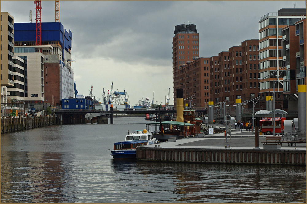 Traditionsschiffhafen und Elbphilharmonie, ( wie immer im Bau )