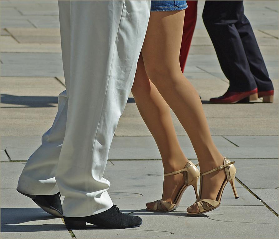 Wie man Tango tanzt ist egal, das Gefühl muß stimmen..;-)