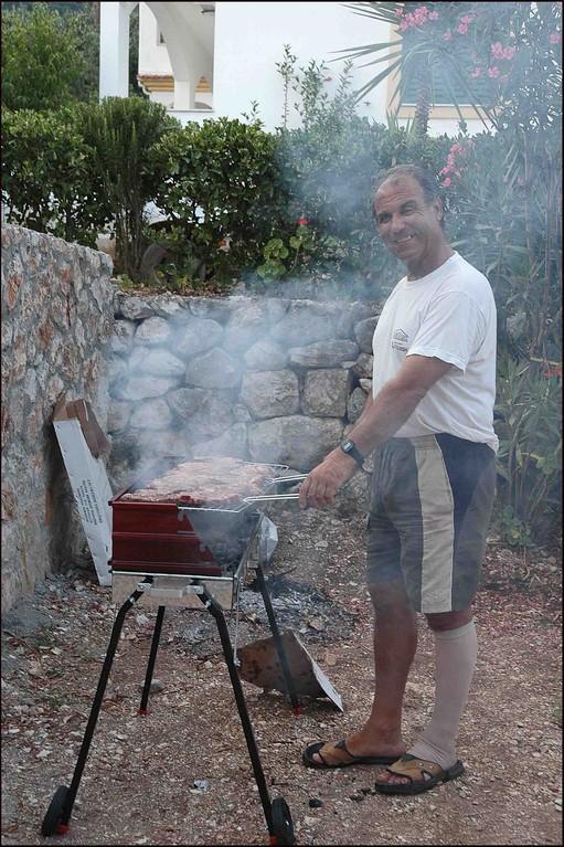 Der Grieche Salvanos grillt..;-)