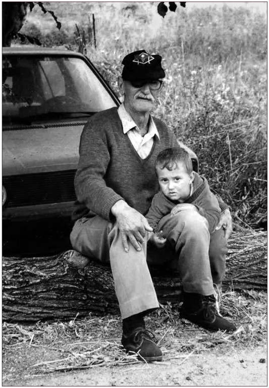 ANALOG,....Unterwegs, der alte Grieche mit seinem Enkel