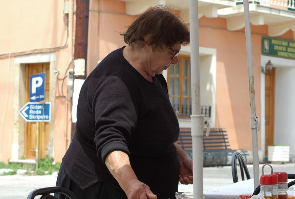 Elizabeta, die Chefin von der Taverna Elisabeta, in Doukades, im Westen