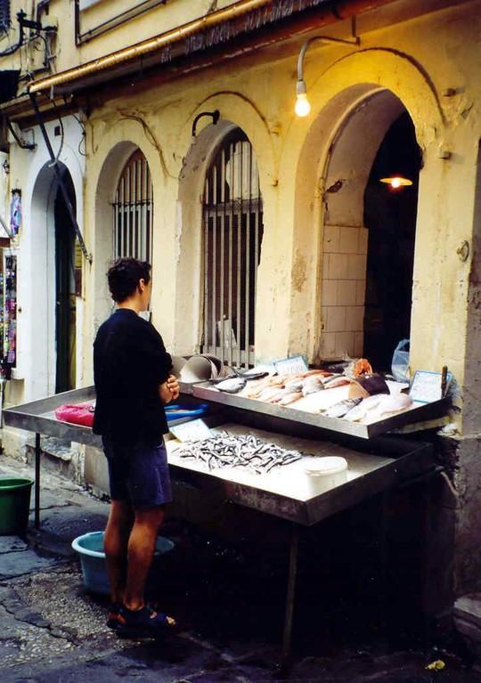 ANALOG,...Fischhändler in der Innenstadt