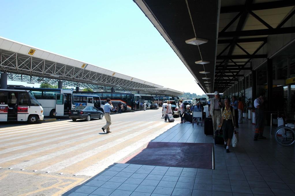 Airport draußen, alles schick, alles neu......