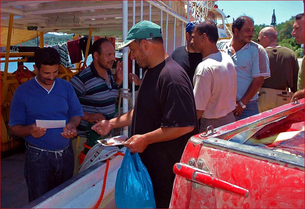 Die Fischer in Boukari freuen sich über die Fotos aus Hamburg