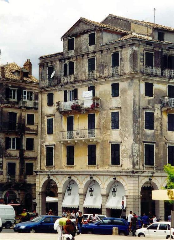 ANALOG,...Haus vor der Esplanada