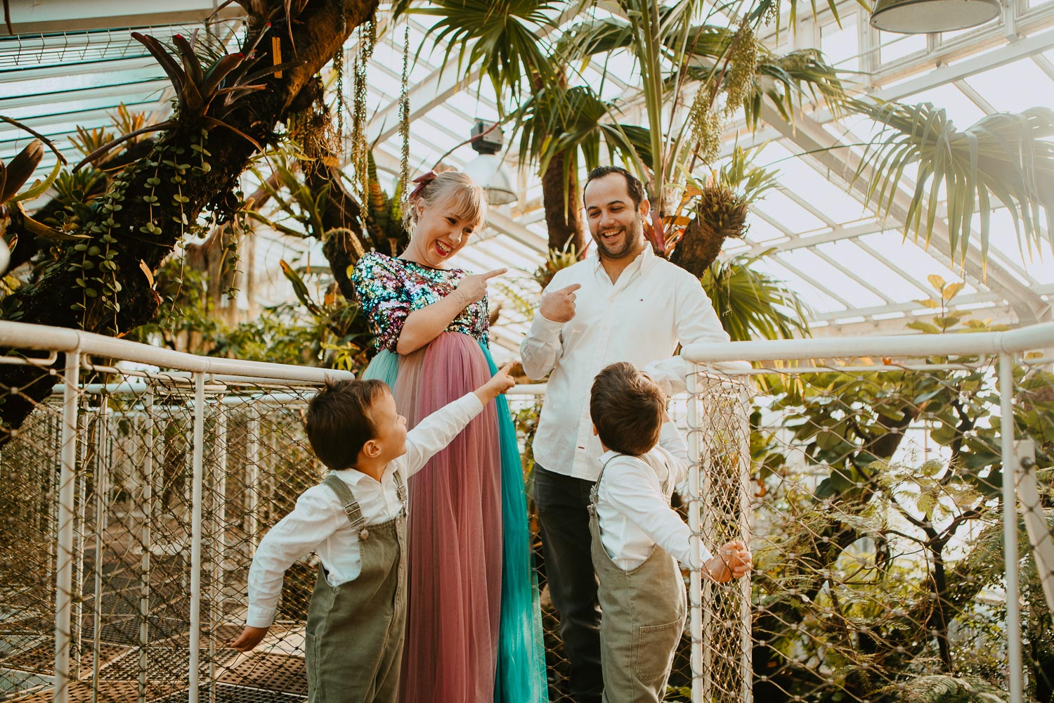 Pregnancy session & family session in the botanical garden & a sparkling dress
