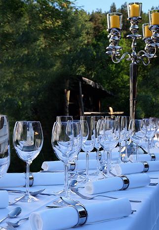 Foto: festlich gedeckte Tafel mit edlem Tischgeschirr & Tischwäsche leihen von eventmoebel24.de