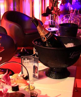 Foto: Party ins richtige Licht gesetzt mit beleuchteten Bar-Elementen