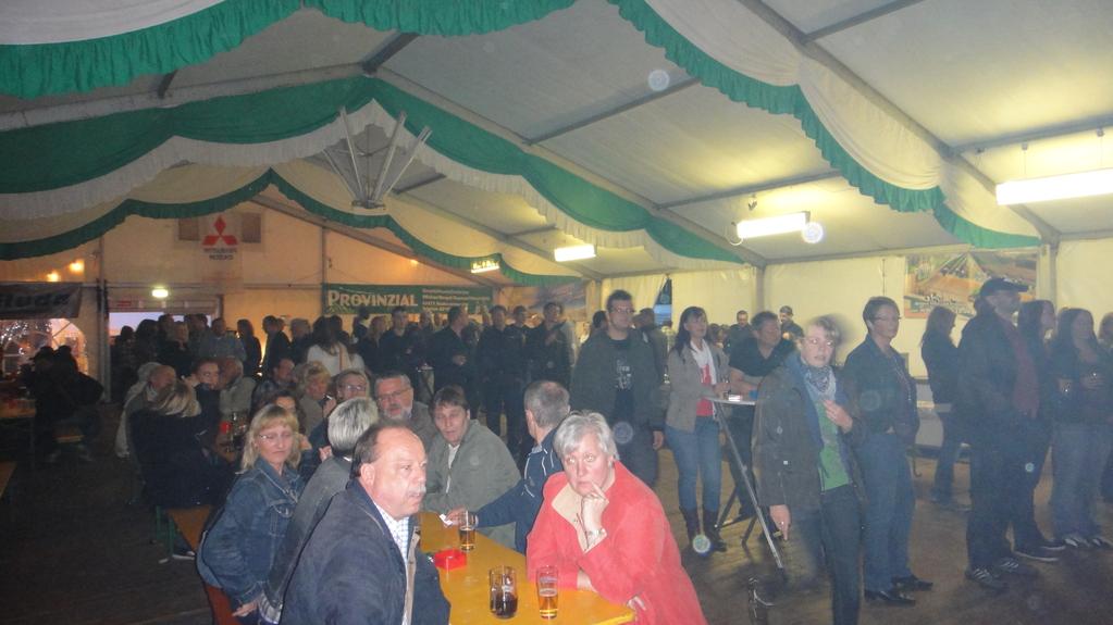 ... viele Besucher im Festzelt am Freitag