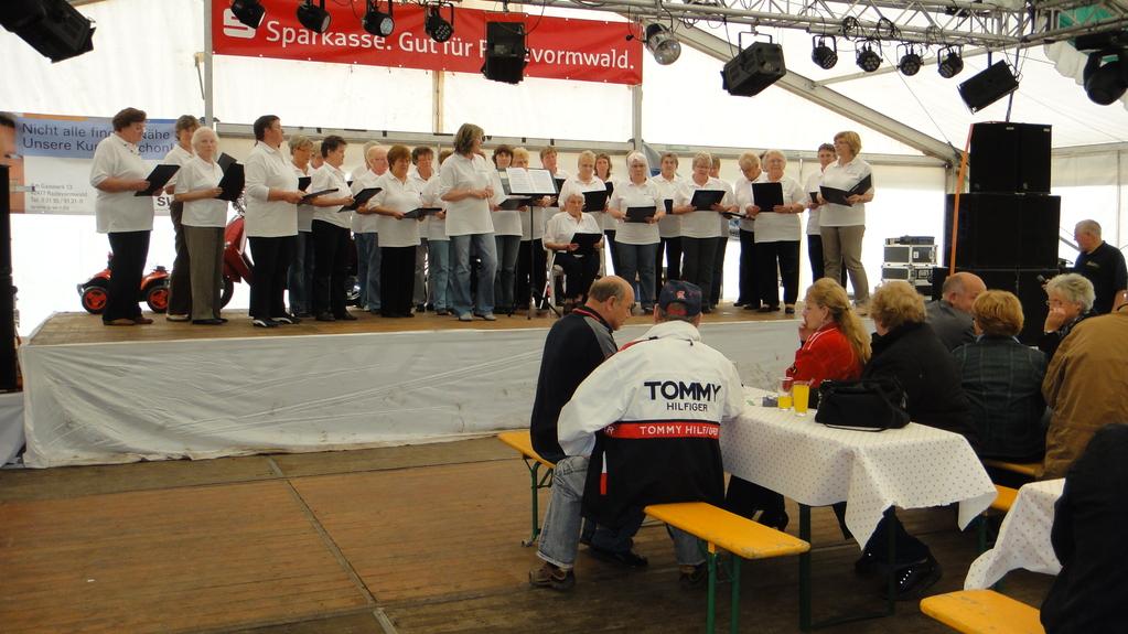 """.. und dem Frauenchor """"Hobby Singers"""""""