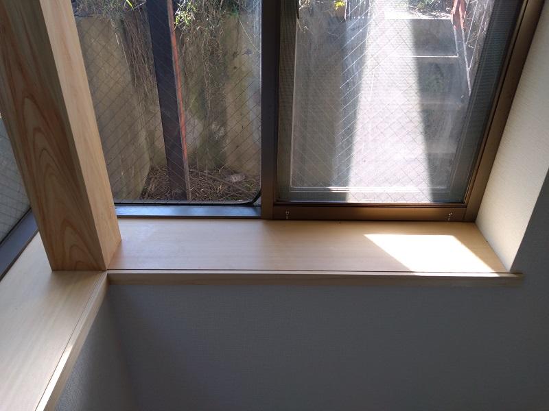 明るい窓辺の雰囲気にマッチする桧の窓枠