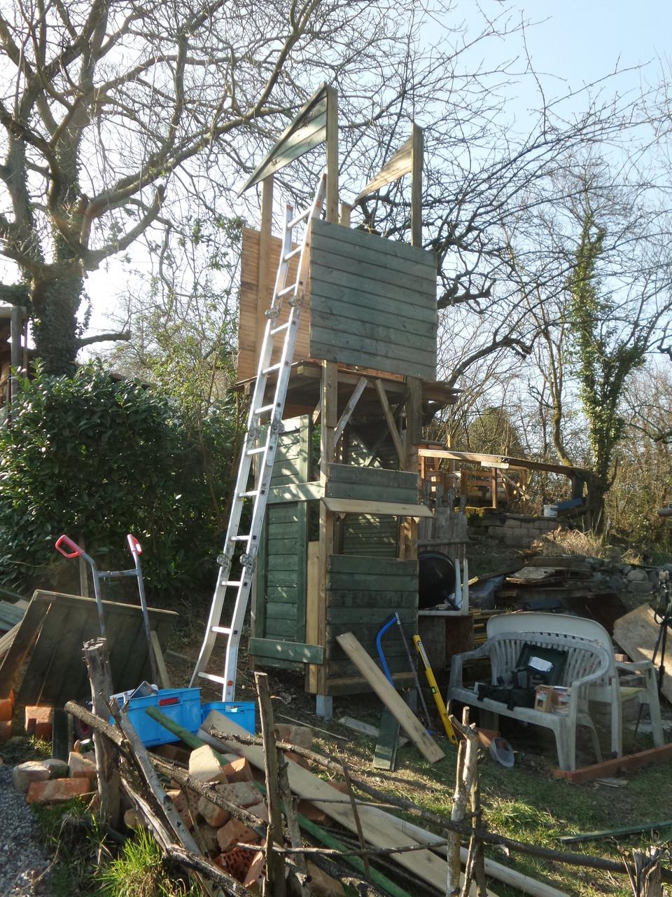 Nun die restlichen Bretter noch verbauen und für oben noch eine kleine Türe zusammen schustern.