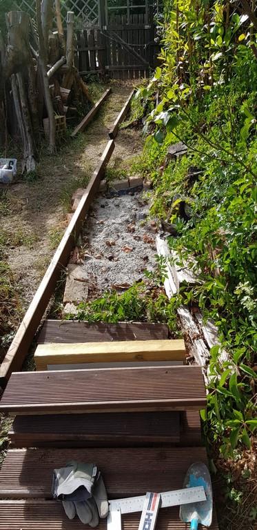 Der Steg über das Sandarium schützt die Gelege der Eidechsen und die Trichter der Ameisenlöwen.