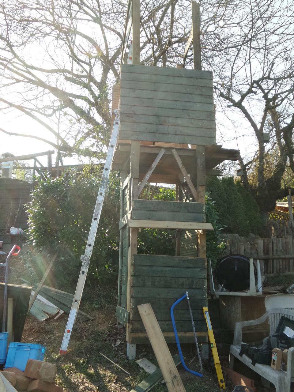 2 Giebelteile fürs Dach, erster Test ob es hält ... lieber noch ein paar Schrauben zusätzlich.