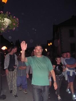 Lors du défilé final, Louis Chabaud fait au revoir à la foule des artistes et des visiteurs.