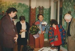(G/D) Michel Smolec, Claudine Goux, Jaccky Chevasson, Raâk, Tom Blekkenhorst admirant le livre magique