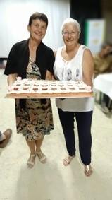 Nelly et Martine présentant le gâteau des vingt ans