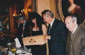 Odile Massé recevant la traditionnelle bouteille de vin de Saumur (à droite Tristan Maya et Jean Fougère)