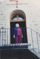 Cérès Franco au balcon de son musée de Lagrasse (Aude)