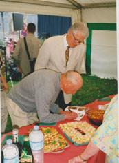 Jean-Marie Martin signant le catalogue du Maire de Miramas
