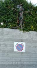Une sculpture en haut du mur du parking privé