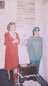 Mirabelle Dors chez Jeanine Rivais. Au mur, un relief de Mirabelle et un Trompe-l'Oeil de Maurice Rapin