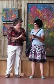 Jeanine Rivais remettant son prix à Marilena Pelosi