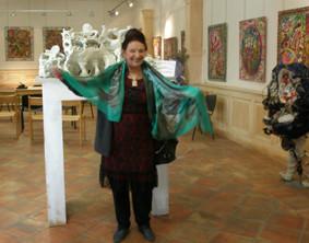 danielle jacqui au milieu de ses oeuvres et devant la maquette de son Kolossal d'Art brut.