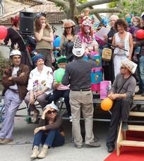 """Les """"Officiels"""" des communes organisatrices, dont certains (de dos) avaient joué le jeu des chapeaux !!!"""